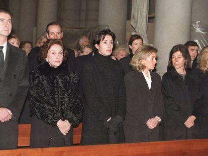 Carmen Franco (segunda à esquerda), junto com seus filhos José Cristóbal, Carmen, Arancha, Merry, Mariola, Francisco e Jaime (os dois últimos na segunda fila) durante o funeral de Cristobal Martínez-Bordiú, Marquês de Villaverde.
