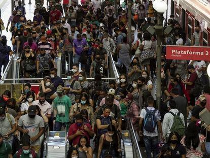 Aglomeração na plataforma da CPTM na Estação da Luz, no Centro de São Paulo em 15 de março.
