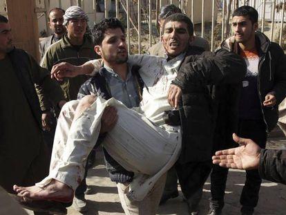 Homem é carregado ferido após ataque em Cabul, neste sábado.