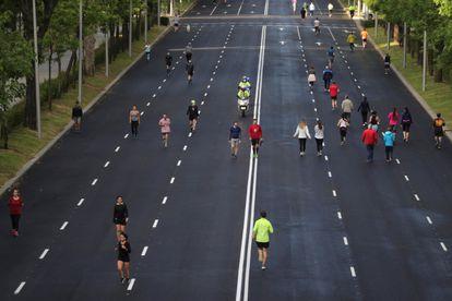 A avenida Paseo de la Castellana, em Madri, transformada em área exclusiva para pedestres durante a fase de retirada das medidas de confinamento pela pandemia.