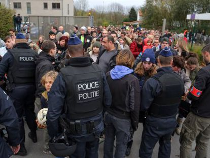 Policiais belgas no treinamento da seleção espanhola.