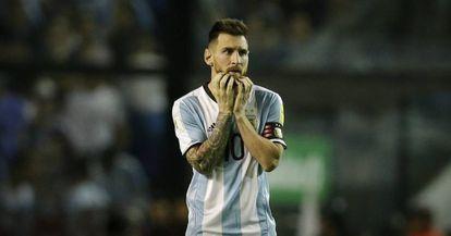 Messi, no duelo entre Argentina e Peru.