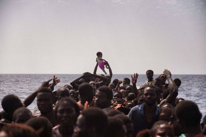 Migrantes chegam a 12 milhas náuticas da costa de Líbia, o 4 de outubro.
