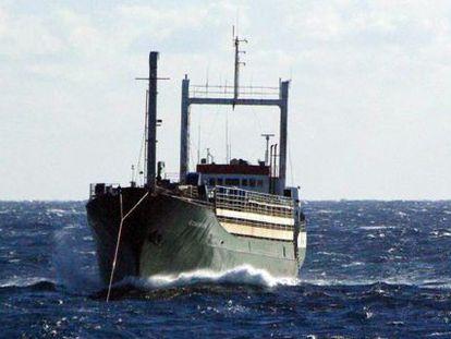 Imagem do cargueiro 'Ezadeen', de bandeira de Serra Leoa, tomada nesta sexta-feira pela guarda costeira a 40 quilômetros da costa italiana.
