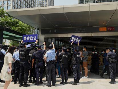 Um grupo de pessoas se reúne para protestar em frente à sede da Evergrande em Shenzhen, sudeste da China, no dia 16.