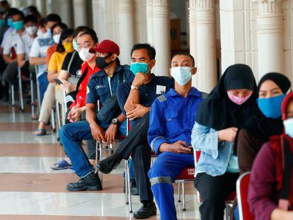 Fila para vacinação contra a covid-19 em Jacarta (Indonésia), nesta quarta.