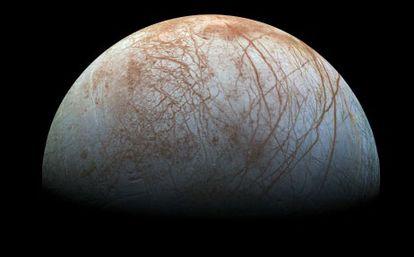 Imagem de Europa, uma das luas de Júpiter, registrada pela sonda Galileo na década de 1990.