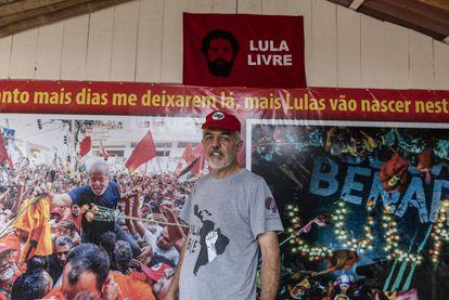 Roberto Baggio, um dos coordenadores da vigília em frente a mural que mostra Lula no dia em que foi preso.
