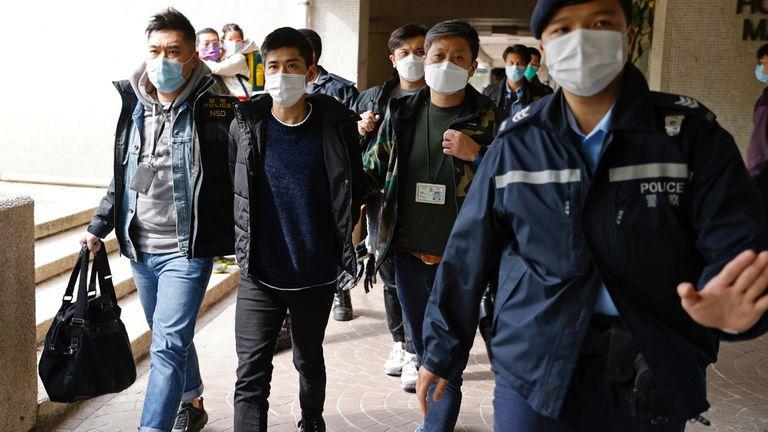 O ativista Lester Shum é detido por policiais sob as normas da nova lei de segurança nacional, nesta quarta-feira, em Hong Kong.