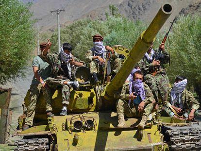 Membros da Frente de Resistência Nacional, em um tanque da era soviética enquanto patrulham ao longo de uma estrada na área de Astana de Bazarak, na província de Panshir, em 27 de agosto.