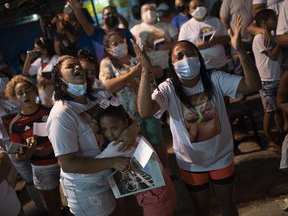 Moradores da favela do Jacarezinho participam de missa em homenagem às vítimas da operação policial, no dia 12 de maio, no Rio de Janeiro.