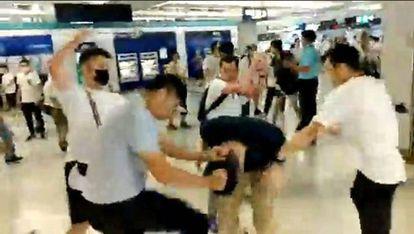 Captura de um vídeo no qual vários homens espancam manifestante em estação de metro.