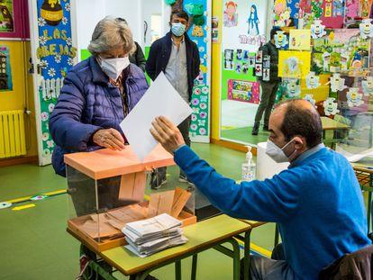 Um homem carrega material eleitoral em um colégio de Las Rozas (Madri), na segunda-feira.