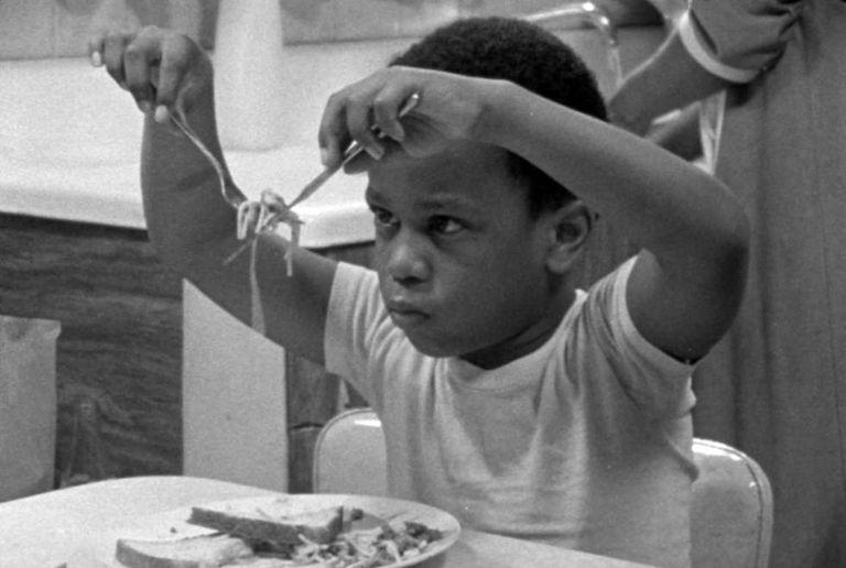 Cena de 'Abençoe seus pequeninos corações' (1983), de Billy Woodberry.
