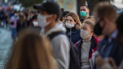 Dezenas de pessoas esperam para fazer um teste de covid-19 em Praga (República Tcheca) no dia 16, em meio a novo surto no país.