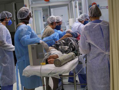 Paciente com covid-19 é transferido para a UTI em um hospital de São Paulo, no dia 17 de março.