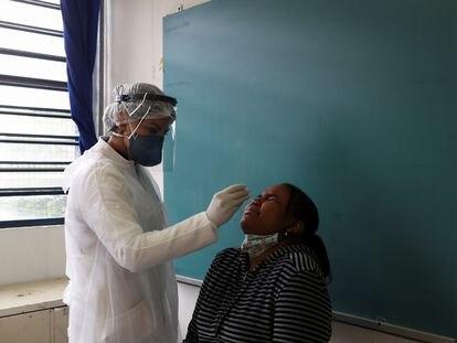 Profissional realiza teste de coronavírus em estudante de Taboão da Serra (SP), em outubro.