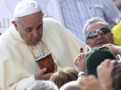 O papa Francisco bebe mate argentino, nesta quarta-feira.