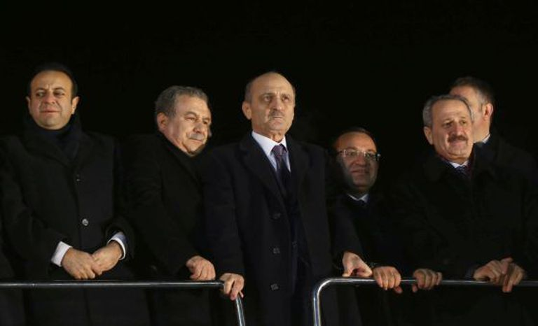 Os ministros de Economia (direita), Urbanismo (segundo à direita) e Interior (segundo à esquerda), ontem em Ankara.
