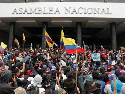 Manifestantes na Assembleia Nacional do Equador, em Quito.