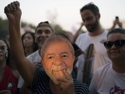 Manifestante com máscara do ex-presidente.