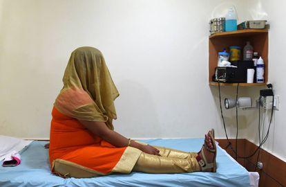 Uma mulher, em um centro de gestação subrogada em Nova Delhi.
