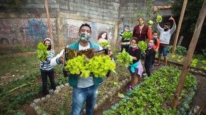 Wagner Golçaves Ramalho, criador do Prato Verde Sustentável, com crianças e adolescentes atendidos pela ONG na horta do projeto.