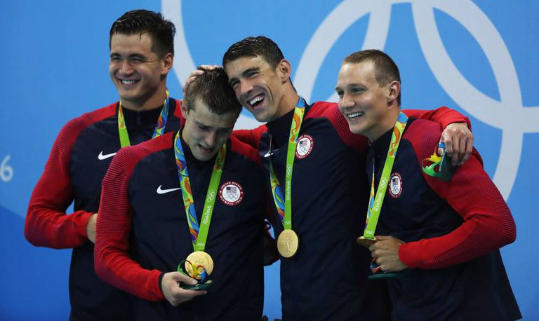 Phelps posa com a medalha de ouro junto a Adrian, Held e Dressell