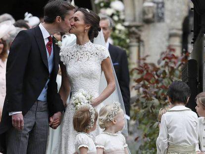 Pippa Middleton e James Matthews se beijam após a cerimônia.