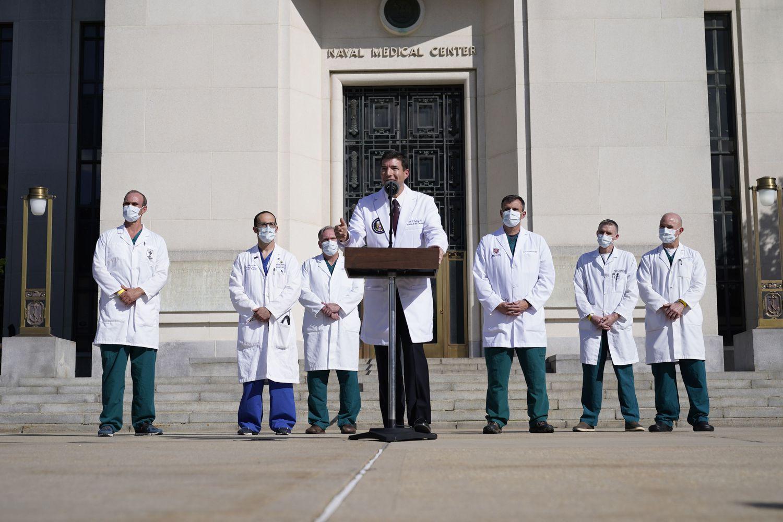 O médico de Trump, Sean Conley, durante o anúncio da alta nesta segunda.