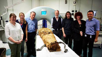 Os autores do trabalho, com David Howard e John Schofield ao lado da múmia de Nesiamon.