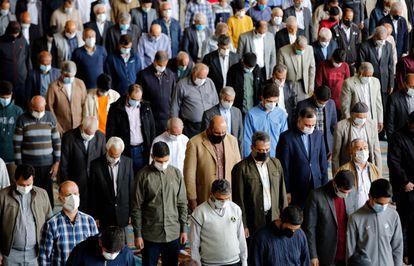 Iranianos se reúnem em uma mesquita de Teerã para as orações de sexta-feira, pela primeira vez depois que as autoridades flexibilizaram restrições contra a covid-19.