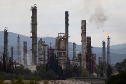Vista das chaminés da refinaria de Tula de Allende, da Pemex.