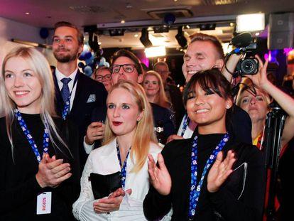 Membros do Partido dos Democratas Suecos (SD) comemoram as pesquisas de boca de urna, neste domingo, em Estocolmo.