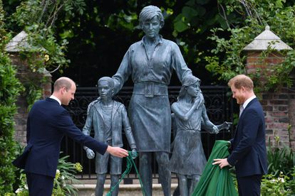 William e Harry inauguram uma estátua da mãe deles, a princesa Diana, no palácio do Kensington, em Londres, no dia em que ela completaria 60 anos.