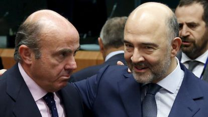Pierre Moscovici, comissário de Finanças, com Luis de Guindos.