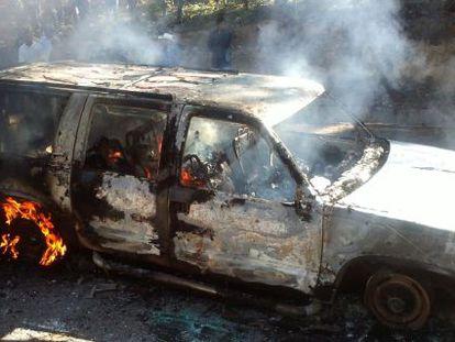 Imagem do veículo em que foram encontrados 10 corpos carbonizados.