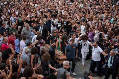 Multidão acompanha chegada dos corpos de Marielle Franco e Anderson Gomes na Câmara do Rio. Caixão da vereadora foi carregado também por Marcelo Freixo (primeiro à dir.) de quem ela foi assessora.