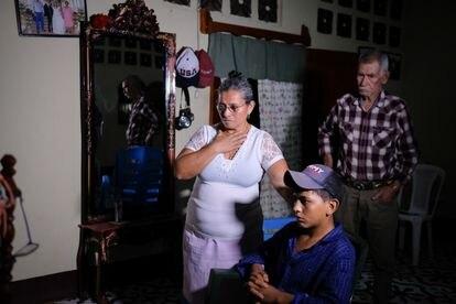 O momento em que Socorro Leiva, acompanhada do marido, José Incer, fica sabendo pela televisão que sua filha foi sequestrada no México.