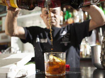 Fera, bartender há 28 anos, prepara um rabo de galo.