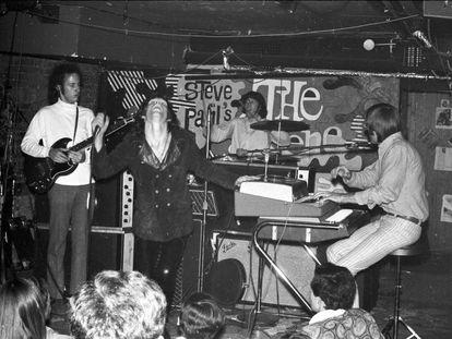 The Doors: de esquerda a direita, o guitarrista Robby Krieger, o cantor Jim Morrison, o baterista John Densmore e o teclista Ray Manzarek, em uma atuação em Nova York, em junho de 1967.