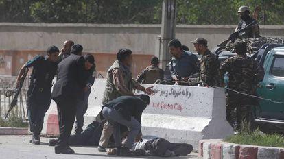 Forças de segurança socorrem vários jornalistas feridos
