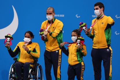 Patrícia, Daniel, Joana e Talisson no pódio com a medalha de bronze.