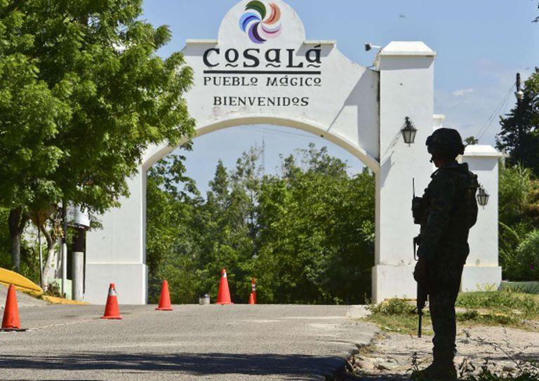 Soldado vigia prisão nos arredores de Cosalá, Sinaloa.