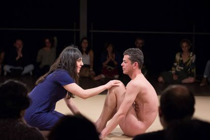 """Nesta cena de """"La Bête"""", uma espectadora deixa a plateia para tocar no corpo do artista"""