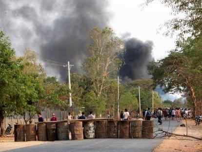 Barricada de forças opositoras à Junta Militar, em Taze, Mianmar, em 7 de abril.