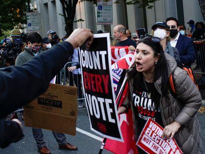 Seguidores de Trump e de Biden se enfrentam verbalmente durante um protesto republicano na cidade da Filadélfia.