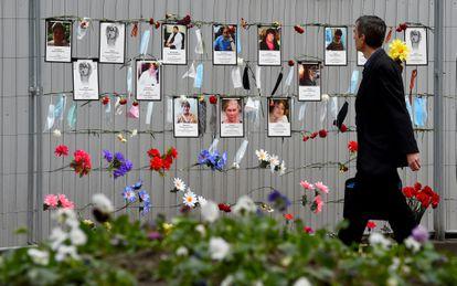 Um homem olha para o memorial aos trabalhadores da saúde mortos por coronavírus em São Petersburgo na segunda-feira.