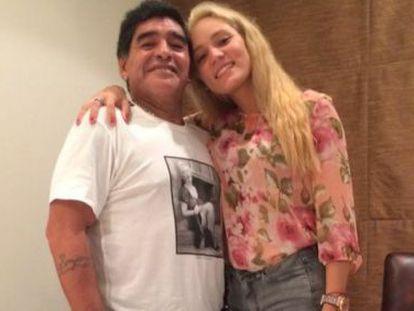 Maradona e seu ex-novia, Rocío Oliva, na foto do perfil no Twitter dela.