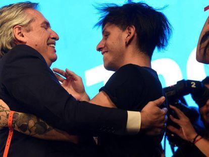 Alberto Fernández, o presidente eleito da Argentina, abraça seu filho Estanislao em Buenos Aires, em 27 de outubro.